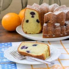 Cake met sinaasappel, yoghurt en blauwe bessen