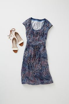 Simple, modern, comfortable: this light and flattering dress is an essential for this season (and the next... and the next). Made from soft enzyme-washed cotton with a hint of stretch, it features two roomy front pockets for a subtly utilitarian look that you can toughen up with chunky boots or soften with ballet flats.
