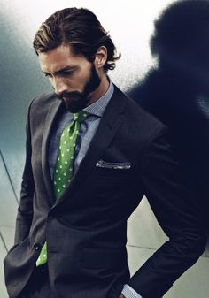 Love the green tie here for a complimentary pop of color