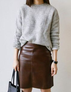 Une fois déclinée dans une teinte chocolat, la jupe en cuir gagne en douceur