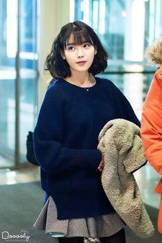 This look is beyond adorable Iu Short Hair, Short Hair Styles, Kpop Girl Groups, Kpop Girls, Korean Girl, Asian Girl, Beautiful People, Beautiful Women, Corte Y Color