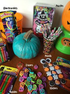 Non-Food Halloween Treats for The Teal Pumpkin Project. This is such an amazing idea! Perfect for kids with food allergies Halloween Gift Baskets, Halloween Goodie Bags, Goodie Bags For Kids, Halloween Treats For Kids, Family Halloween Costumes, Halloween Birthday, Halloween Candy, Halloween Gifts, Holidays Halloween