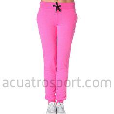 Pantalon de chandal Only Play modelo lina sweat pants en color rosa para mujer.   Cintura elástica y con cordón para una sujeción perfecta.   Detalles del logo y nombre de la marca en la parte delantera y posterior.   Dos bolsillos en la parte delantera.   Composición: 100% Algodón.