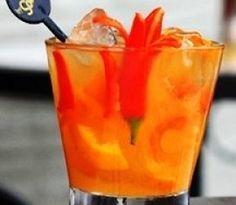 Caipirinha de Saquê com Pimenta/ 100 ml de Saquê com gelo picado/ 50 g de tangerina/ 1 colher de sopa de açucar/ 1 unidade(s) de pimenta dedo de moça em tiras. Coloque a tangerina no fundo do copo, junto com a pimenta e o açucar. Com um Macerador Amasse. E seguida coloque o saquê e com a Colher Bailarina mexa até diluir. Complete com gelo.