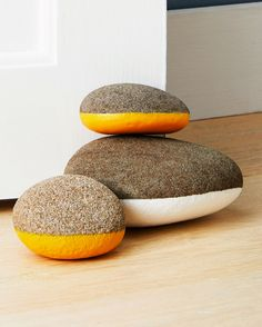 home accessories diy Rubber-Coated Rock Doorstop Diy Doorstop, Crafts To Make, Fun Crafts, Beton Diy, Diy Home Accessories, Door Stop, Stone Painting, Rock Painting, Decoration