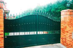 portón en negro de doble hoja http://www.tallereslobon.com/