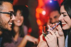 Las investigaciones han demostrado que los individuos que iniciaron a experimentar el uso de drogas durante edades tempranas, tienen más probabilidades de desarrollar adicción durante su vida adulta. Esto sustenta la importancia de detectar tempranamente los signos de abuso de sustancias en los adolescentes y adultos jóvenes.