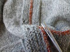 """En anden ting jeg er vild med er """"hækle og klippe op"""" metoden. Den er intet mindre end genial. Jeg har set den første gang hos Liselotte og hun henviser til denne side hvor Kat Davies har lavet en udførlig beskrivelse af hvordan man gør.  Tør jeg, tør alle. Så bare i gang med hæklenål og saks. Knitted Shawls, Knitted Fabric, Knit Crochet, Knitting Help, Bind Off, Couture, Alpacas, Knitwear, Knitting Patterns"""