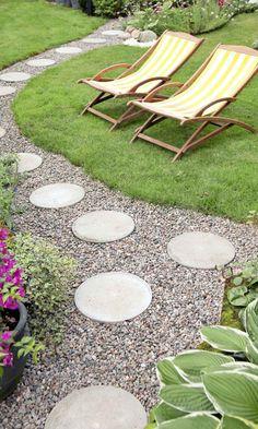 Tee kaunis pihapolku askellaatoista   Meillä kotona Round Pavers, Backyard Projects, Outdoor Furniture, Outdoor Decor, Sun Lounger, Stepping Stones, Cottage, Patio, Dock Ideas