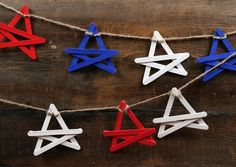 I heart this star garland popsicle sticks craft! It would be a great border/trim for a bulletin board! :) Jodi from The Clutter-Free Classroom Patriotic Party, Patriotic Crafts, July Crafts, 4th Of July Party, Fourth Of July, Holiday Crafts, Holiday Fun, Christmas Fun, Popsicle Stick Crafts