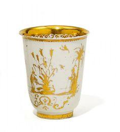 BECHER MIT GOLDCHINESEN. Meissen. Um 1720/25. Dekor wohl Seuter-Werkstatt, Augsburg. Porzellan, gold staffiert und radiert. Höhe 7,5 cm. Oh...