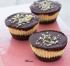 Peanut-Butter mini Cheesecakes, topped with Chocolate Yummy Treats, Sweet Treats, Yummy Food, Peanut Recipes, Sweet Recipes, Cheesecake Recipes, Dessert Recipes, Dessert Ideas, Latina