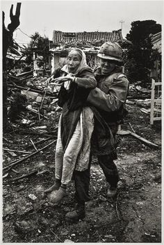 Don McCullin, US Army chaplain evacuates an elderly Vietnamese woman, Tet Offensive, Hué, South Vietnam (February 1968) © Don McCullin / Contact Press Images