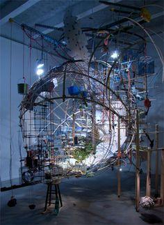 Sarah Sze est principalement connue pour ses installations éphémères, constituées de petits objets quotidiens et étroitement liées au site dans lequel elles s'insèrent.