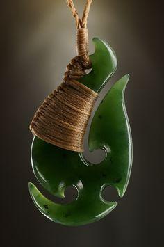 Hei Matau Jade Schmuck Anhänger in der typischen Form eines Angelhakens.