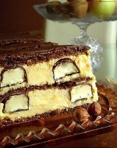 Zaujímavý dezert s vôňou banánikov,chuťou orieškov a čokolády,Treba vyskúšať… Suroviny 6 bielkov 6 lyžíc cukru 12 lyžíc mletých lieskových orieškov 2 lyžice polohrubej múky 2 lyžice kakaa 1 prášok do pečiva 2 vanilkové pudingy 6 žĺtkov 100 g bielej čokolády 700 ml mlieka 6 lyžíc cukru 200 g masla 2 vanilkové cukry 12 ks banánikov v čokoláde (maličkých) 100 g Sweet Recipes, Cake Recipes, Dessert Recipes, Desserts, Kolaci I Torte, Russian Recipes, Tiramisu, Cooking Recipes, Sweets