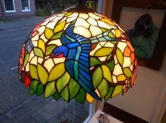 Tiffany lamp in stained glass, beautiful glass lampshade with leaves and birds with different colors on all sides , 40 cm diameter Tiffany Lampe in Glasmalerei schönen Glas Lampenschirm mit Stained Glass Light, Tiffany Stained Glass, Tiffany Glass, Fused Glass, Tiffany Lamp Shade, Tiffany Chandelier, Arched Doors, Kiln Dried Wood, Art Nouveau Design