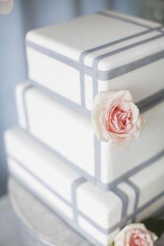 Nesse bolo em formato quadrado, as linhas sóbrias interagem com a delicadeza da flor e o resultado fica lindo!