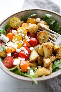Die einfache Kartoffel Power Bowl ist vollgepackt mit Rucola, Tomaten, Feta und cremigstem Dressing. Herrlich sommerlich und schnell gemacht!