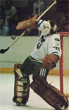 old school hockey goalies La Kings Hockey, Hartford Whalers, Goalie Mask, Hockey Goalie, Vancouver Canucks, National Hockey League, Hockey Players, Sports Illustrated, Old School