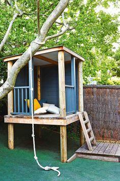 Cabane pour les enfants, coin détente pour les adultes, cette construction en bois adossée à un arbre dans le jardin fera bien des heureux. #diy #recup #jardin