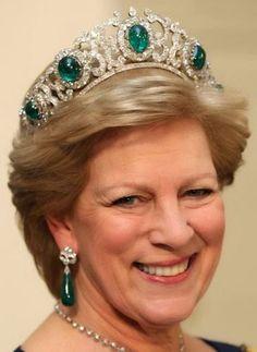 Tiara Mania: Queen Elisabeth of Greece's Emerald Parure Tiara