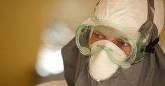 Epidemia de Ebola na África. 30/07/2014. Doutor Kent Brantly usa equipamentos de proteção no centro de gerenciamento de casos no campus do Hospital Elwa, em Monróvia, na Libéria. Brantly contraiu ebola, é considerado estável, mas sofre os sintomas da doença contagiosa que ainda não tem cura.  Fotografia: Samaritan's Purse/Reuters.