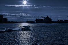 Ook in de avond uren is de watertaxi ideaal om van noord naar zuid te varen.