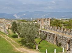 """Castelo ✔  Oliveira ✔  Montanhas ✔ Lago ✔  Itália"" - Instagram by 360meridianos"