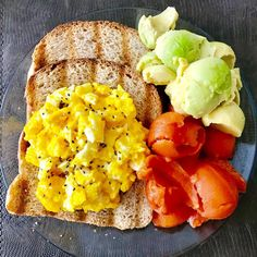 E o café da manhã foi assim... BOM DIA!!! #cafédamanha, #café, #frutas, #mamão, #abacatecommel, #ovosmexidoscomchiaecottage, #pãointegralsemaçucar, #gostosoesaudável, #saudesempre, #saudeemfoco, #hojetemtreino, #magracomsaude, #semneura, #simplescomoavidadeveser!😄😜🙃😃