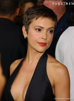 Oval Facial Coiffure Often with a protracted brown mane, Alyssa Milano is tempted by the brief haircut. With its oval face, the result's attractive. Oval Face Hairstyles, Pixie Hairstyles, Short Pixie Haircuts, New Haircuts, Short Haircut, Haircut Styles, Super Short Hair, Alyssa Milano, Short Hair Cuts For Women