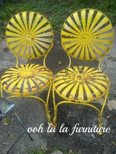 Love my chairs...alll rusty and chippy. Happy sunny yellow !