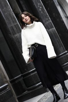 Minimal Streetstyle: Edited the label x Luma Grothe white pullover with big sleeves, Satin skirt by H&M Trend, Patent Leaher Boots by &Other Stories, Gucci GG belt, APC bag Ella.