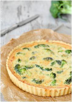Köstliche, vegetarische Brokkoli Quiche mit Gruyère. Würzig und mit einem Salat das perfekte Sommeressen. Ab auf die Terrasse