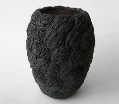 Il y a quelques semaines, Vicky vous présentait le magnifique travail de Vanessa Hogge et son univers floral en céramique. À mon tour de vous présenter Hitomi Hosono. Installée à Londres et mélange…