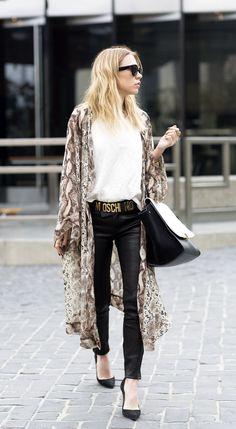 kimono com camiseta branca, calça de couro e scarpin