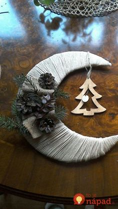 Simply binding wool around a cardboard moon, then decorate as desired magic! - Simply binding wool around a cardboard moon, then decorate as desired magic! Noel Christmas, Diy Christmas Ornaments, Homemade Christmas, Rustic Christmas, Winter Christmas, Christmas Wreaths, Crochet Christmas, Christmas Projects, Holiday Crafts