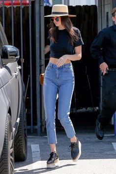 kendall jenner summer outfits hat high waisted jeans black sneakers