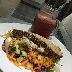 Sanduíche integral de atum e mix de folhas + suco de melancia 🍉 + hortelã + gengibre   #fit #fitfood #fitness #instafitness #dieta #dietaja #dietasemsofrer #dietaeterna #dietaetreino #foco #foconadieta #30tododia #acreditabonita #saudavel #alimentacaosaudavel #saudavelegostoso #saudavelcomcaradejaca #fitnesslife #60npb #emagrecer #projetoverao #nutricao #sanduichenatural #atum