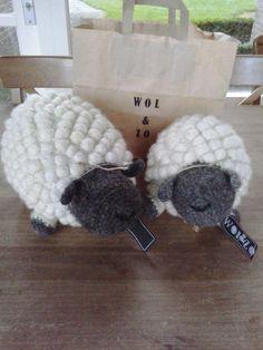 gemaakt van hand gesponnen wol gehaakt en ge vilt .