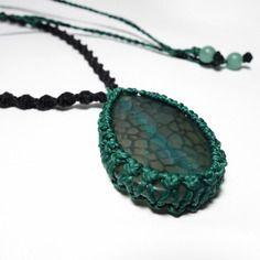 Collier en micro macramé avec pierre non rainurée, tutoriel !   Découvre le tutoriel de ce collier sur ma page facebook ! C'est gratuit !  Please share ! :) https://www.facebook.com/media/set/?set=a.579958002140687.1073741858.378595345610288&type=1