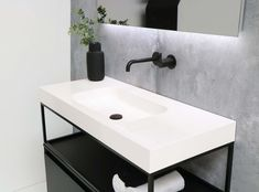 Zwarte marmeren dubbele wastafel badkamer u stockfoto