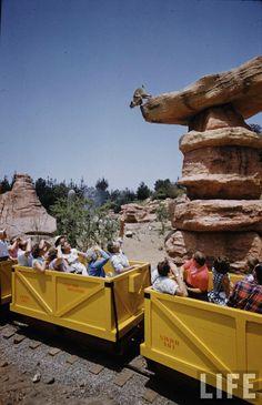 Bien avant Big Thunder Mountain, le Disneyland Mine Train through Nature's Wonderland, Disneyland History, Disneyland World, Disneyland Rides, Disneyland California, Vintage Disneyland, Disneyland Resort, Disneyland Paris, Disneyland Photos, Disney Day