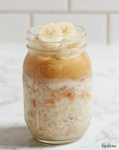 You already make sure to include probiotics like yogurt in your diet but what about prebiotics? We've put together a handy prebiotic foods list, highlighting seven foods to eat for a healthier gut. Overnight Oats In A Jar, Peanut Butter Overnight Oats, Peanut Butter Banana, Oatmeal In A Jar, Grab And Go Breakfast, Breakfast Options, Breakfast Cake, Breakfast Healthy, Breakfast Cooking