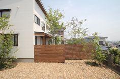建物の木調アクセントに合わせて庭との仕切りはウッドフェンスにしました。ウッドフェンスに映る木陰も美しいです。