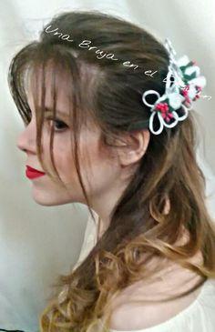 https://facebook.com/Una-Bruja-en-el-Desvan-749822558496828/ COLECCIÓN TOCADOS ¿Os acordáis de lo que estaba preparando? Pues aquí está ya el resultado. Tocado BROTES DE ABRIL. Para una preciosa niña de Comunión. A petición de la interesada los detalles van en rojo. Peineta realizada con rosas de tela en cristal-seda con detalle de brotes en rojo y adorno de cola de ratón en blanco. Todo ello hecho a mano por Montse El Desván Creativo de Brujita. Modelo: Celeste García.