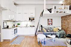 Le mur en brique et la mezzanine donnent des petits airs de loft à ce studio.