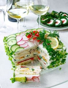 Tort Kanapkowy A Sandwich cake made with bread, crunchy vegetable layers, boiled eggs, smoked salmon, covered with savory cream cheese and horseradish. Best Appetizers, Appetizer Recipes, Salad Recipes, Cake Sandwich, Easter Dishes, Best Pasta Salad, Yummy Food, Tasty, Cooking Recipes