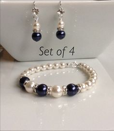 Set of 4 Stunning Pearl Bracelet and Earring set. Bracelet features and White and Navy Swarovski pearls and a lobster clasp (extender Bead Jewellery, Wire Jewelry, Jewelry Crafts, Wedding Jewelry, Jewelry Sets, Jewelery, Jewelry Bracelets, Jewelry Making, Pearl Bracelets