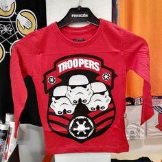 Recien llegada esta fantástica camiseta de Star Wars de manga larga para los pequeños de casa. Ideal para que se inicien en el lado oscuro :-) #mistergiftbcn #mistergift #oficial #official #starwars #stormtrooper #camiseta #niños #kids #